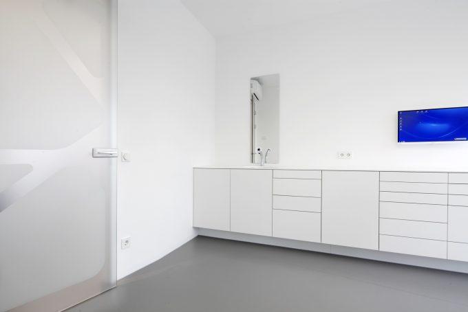 Behandlungszimmer Möbel in Mineralstein und Lack