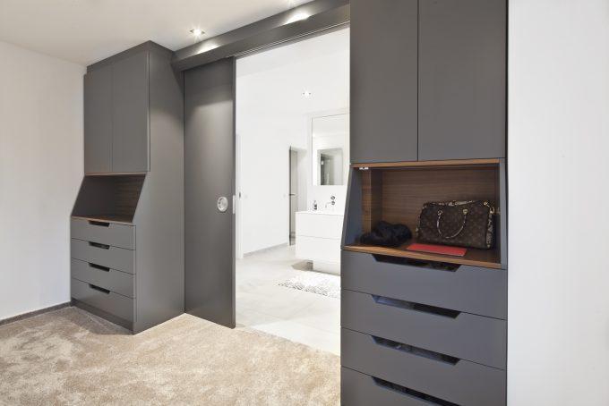Schlafzimmermöbelin Nussbaumholz und Lack von 3form GmbH, in Handarbeit hergestellt