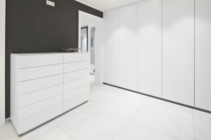 Ankleidezimmer in Lack und Mineralstein, in handarbeit gefertigt von der Tischlerei 3form GmbH aus Dortmund