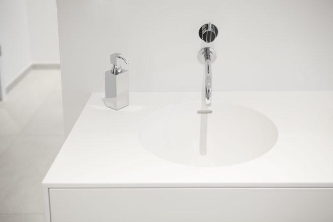 Waschtisch in Mineralstein LG HI MACS mit Lackfronten in Handarbeit gefertigt