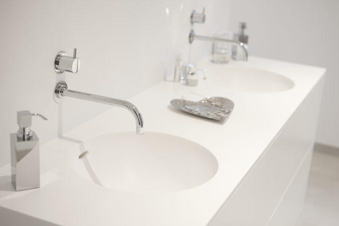 Eingelassene Waschbecken in Mineralstein in Handarbeit gefertigt