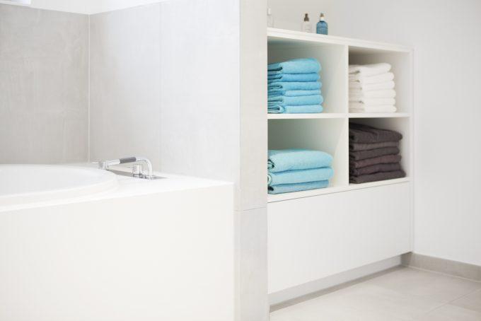 Badewannenverkleidung inMineralstein LG HI MACS mit Lackregal von 3form GmbH Dortmund