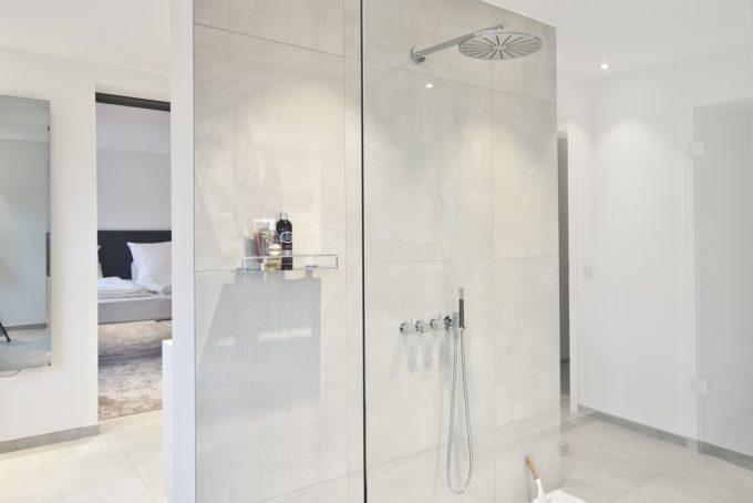 Freie Dusche hinter dem Waschtisch