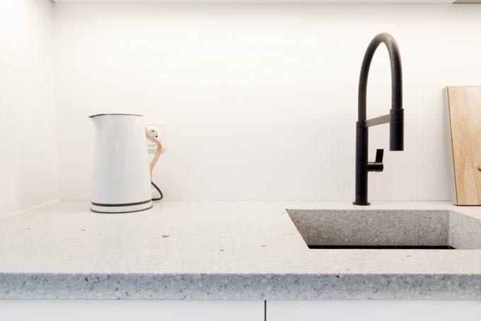 Küche in Lack und Naturstein